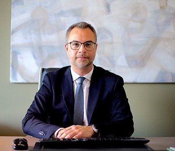Ο Νικόλαος Πινάτσης είναι δικηγόρος στον Άρειο Πάγο και μέλος του Δ.Σ.Α. & Ν.Υόρκης με κύριο αντικείμενο στις Εμπορικές Εταιρείες, τα Ακίνητα και το Αστικό.